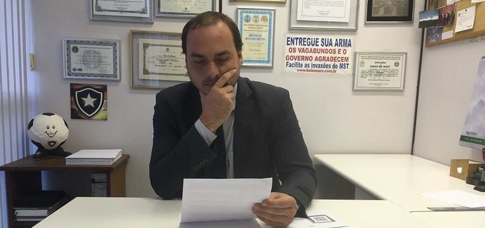 Carlos Bolsonaro pede desculpas por tuíte na conta do pai