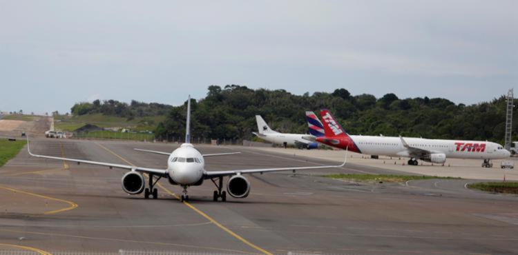 Aeroporto de Salvador volta a funcionar após ter voos cancelados por causa da chuva