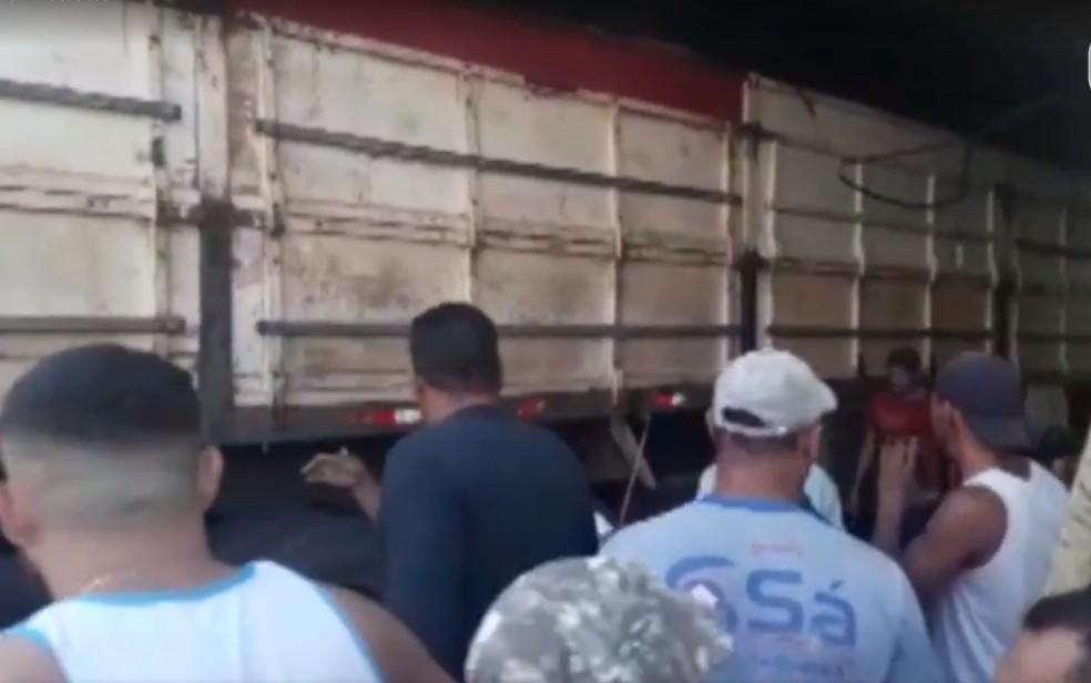 Carreta estacionada em ladeira invade academia e bate em carro na Bahia