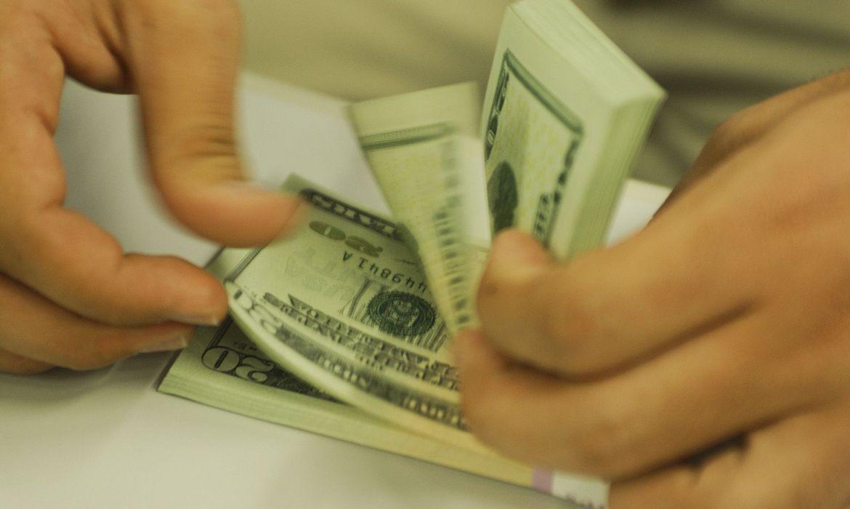 Após subir por três semanas consecutivas, dólar abre negócios em forte queda