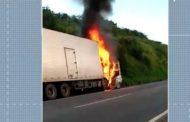 Três pessoas da mesma família morrem após colisão entre carro e caminhão na BR-101