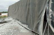 Carga de pedra de gesso vira no viaduto Portal do Sertão