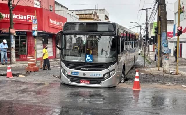 Pisos de vias do centro da cidade cedem e vários veículos ficam presos em buracos
