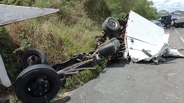 Duas pessoas morrem após colisão entre dois veículos na BR-101