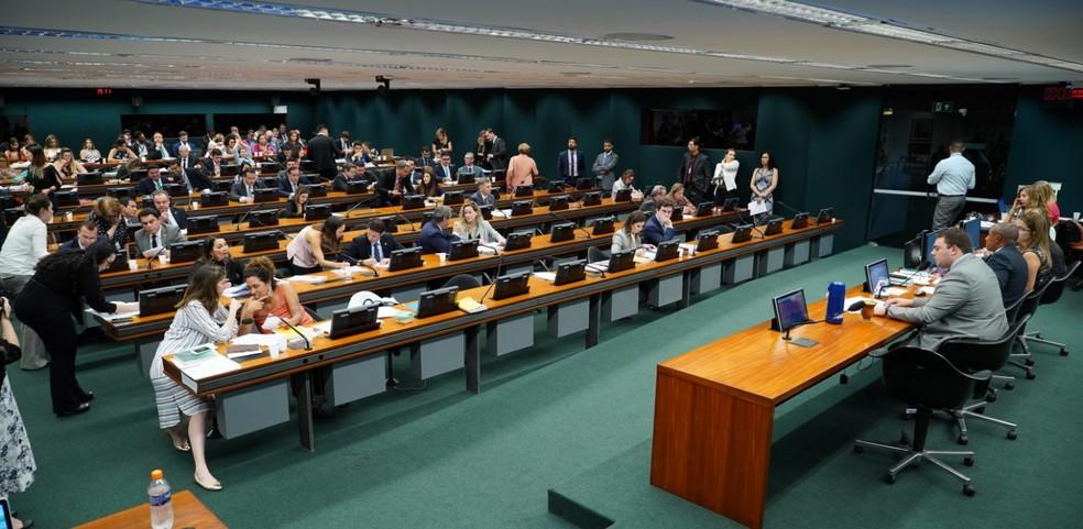 CCJ da Câmara aprova pena de até 2 anos para quem incitar suicídio ou automutilação