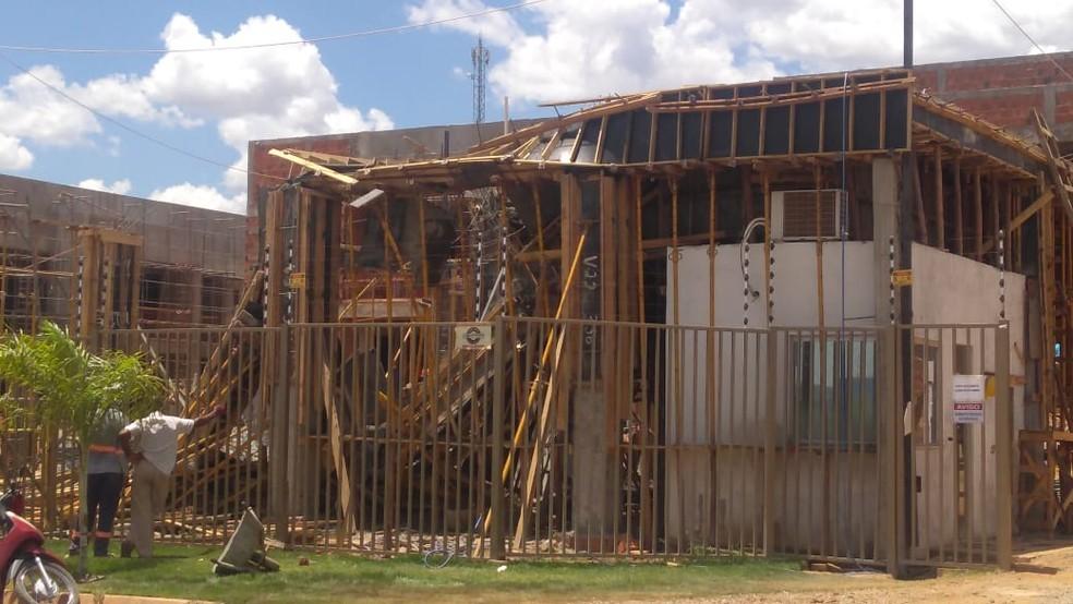 Homem morre e três pessoas ficam feridas após laje desabar em obra de condomínio residencial na Bahia