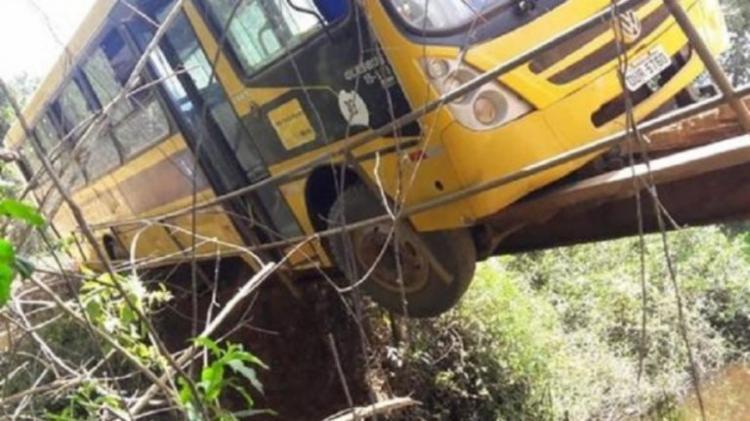 Ônibus escolar fica pendurado em ponte no interior da Bahia
