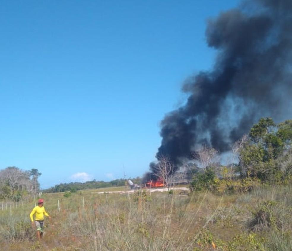 Aeronave cai durante pouso em pista de resort, pega fogo e deixa 1 morto e 9 feridos na Bahia