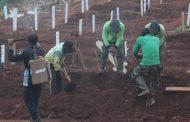 Indonésios pegos sem máscara são forçados a cavar covas para vítimas da Covid-19