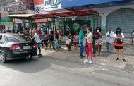 Surpreendidos com a paralisação, passageiros se concentram em pontos de ônibus